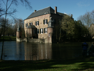 [A photo of Kasteel Erenstein that is too dark]